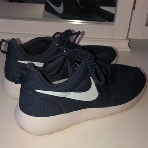 Navy blue nike roshes